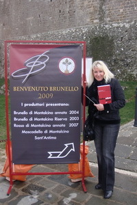 Montalcino%20-%20Lana%20and%20sign%20.jpg